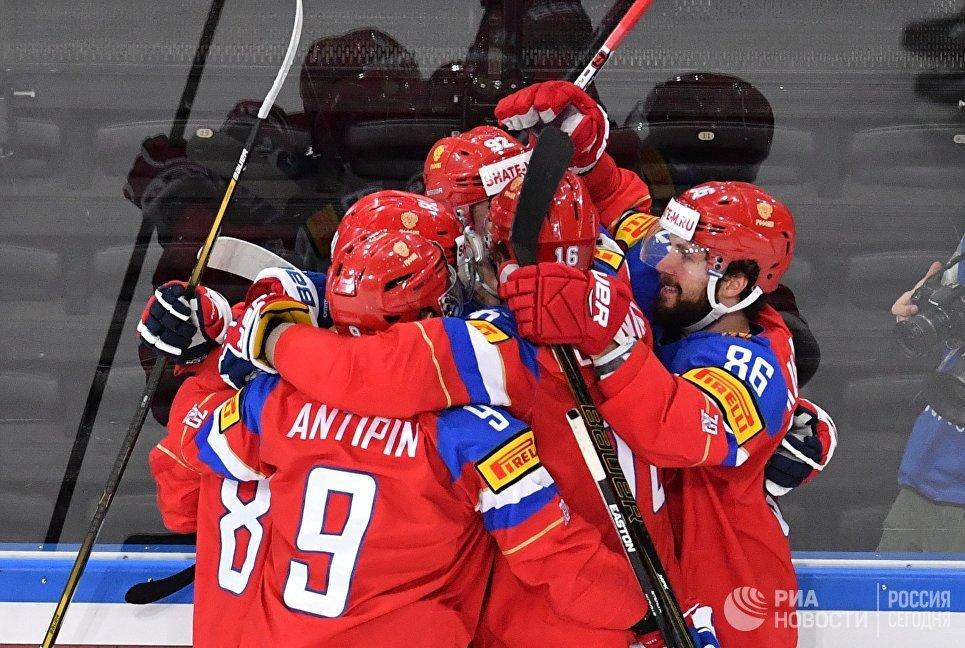 Игроки сборной России радуются заброшенной шайбе в матче 1/4 финала чемпионата мира по хоккею 2017 между сборными командами России и Чехии