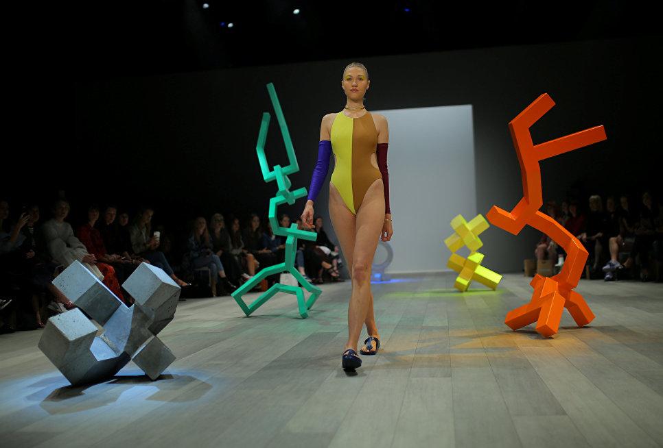 Модель во время показа коллекции Pageant на неделе моды в Австралии