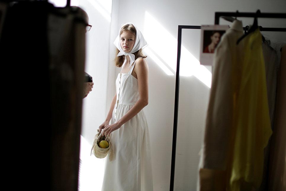 Модель перед показом коллекции модного дома Albus Lumen на неделе моды в Австралии