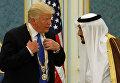 Король Саудовской Аравии наградил Дональда Трампа орденом короля Абдель Азиза, 20 мая 2017