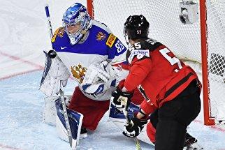 Вратарь сборной России Андрей Василевский и игрок сборной Канады Марк Шайфли в полуфинальном матче чемпионата мира по хоккею 2017