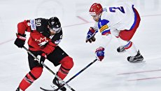 Игрок сборной Канады Райан О'Райлли и игрок сборной России Артем Зуб в полуфинальном матче чемпионата мира по хоккею 2017