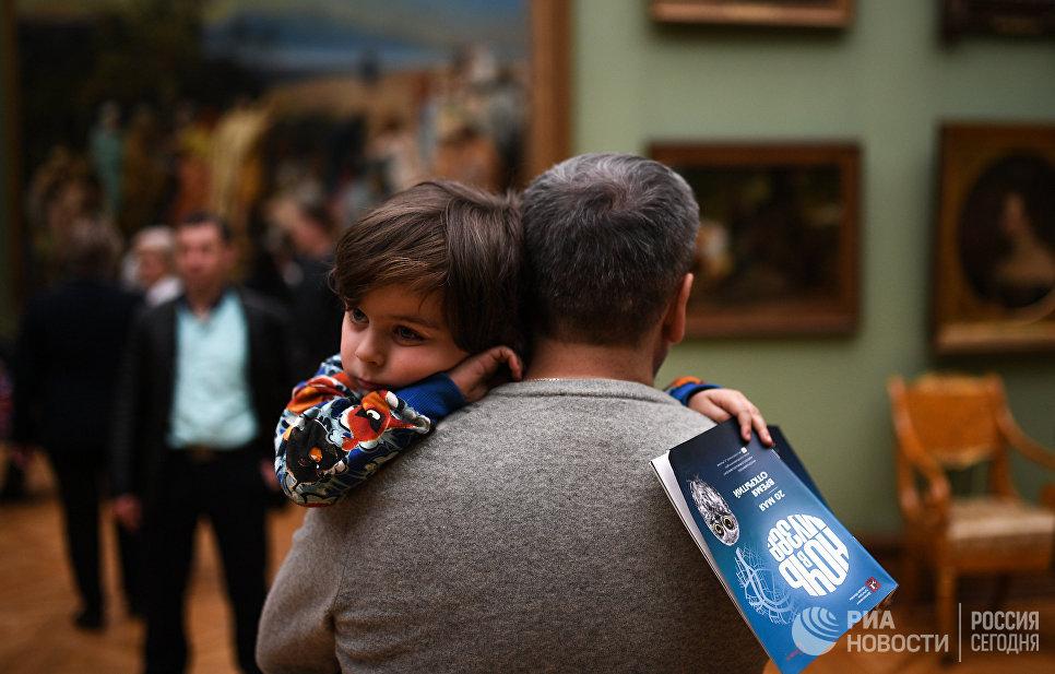 Посетители во время международной акции Ночь музеев в Третьяковской галерее в Лаврушинском переулке Москвы