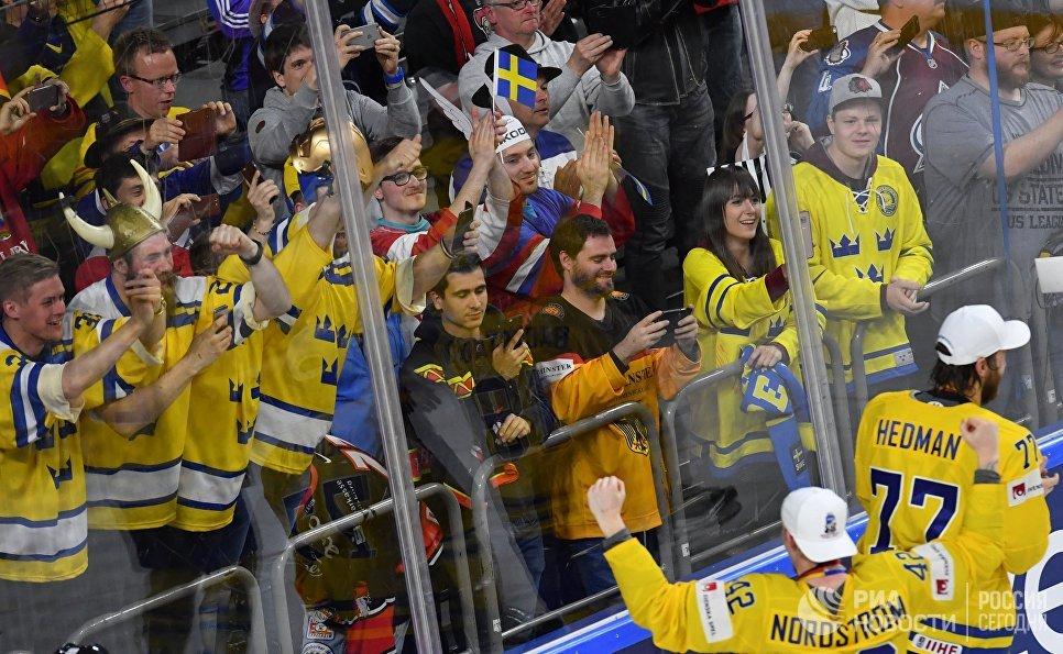 Игроки сборной Швеции благодарят болельщиков за поддержку на церемонии награждения чемпионата мира по хоккею 2017 в Кельне