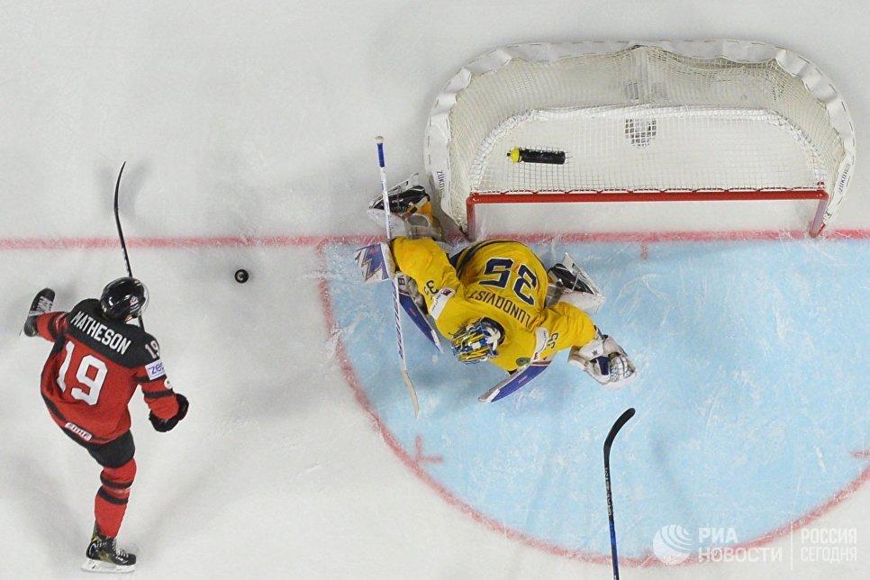 Вратарь сборной Швеции Хенрик Лундквист (справа) и игрок сборной Канады Майкл Мэтисон в финальном матче чемпионата мира по хоккею 2017 между сборными командами Канады и Швеции