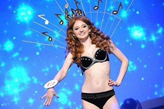Выступление финалистки конкурса Мисс Чита — 2017 на сцене дворца культуры Железнодорожников в Чите