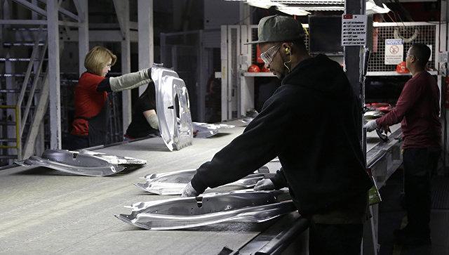Рабочие на заводе Tesla в Фремонте, Калифорния. Архивное фото