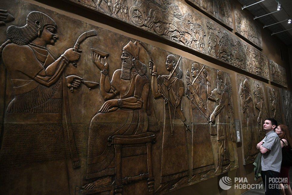Посетители в музее изобразительных искусств имени А. С. Пушкина во время международной акции Ночь музеев