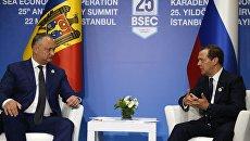 Председатель правительства РФ Дмитрий Медведев и президент Молдавии Игорь Додон на полях саммита глав ОЧЭС в Стамбуле. 22 мая 2017