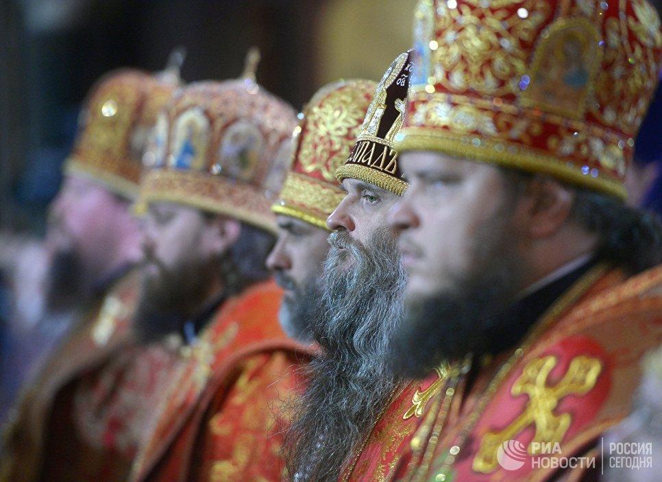 Священнослужители во время встречи в храме Христа Спасителя ковчега с мощами святителя Николая Чудотворца, доставленного спецбортом из итальянского города Бари