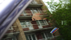 Сотрудник правоохранительных органов в машине у здания Гоголь-центра, где проходят обыски
