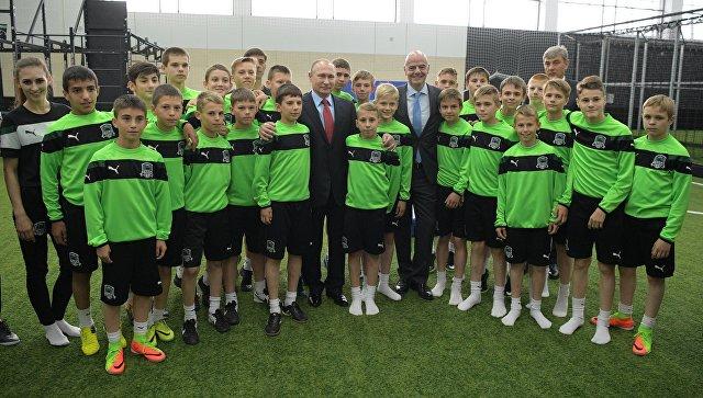 Владимир Путин провел встречу с президентом ФИФА и юными футболистами