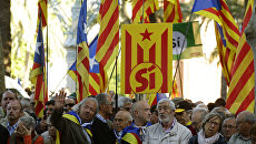 Люди держат эстеладу перед прибытием президента Парламента Каталонии Карме Форкадел к зданию суда в Барселоне, Испания. 8 мая 2017