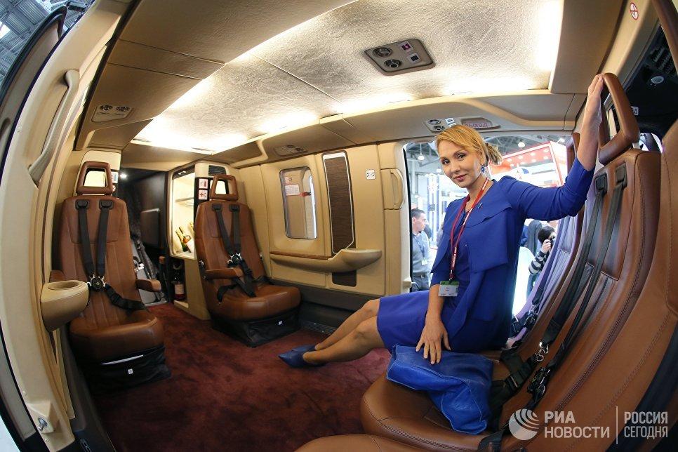 Девушка в кабине лёгкого многоцелевого вертолёта Ансат на X международной выставке вертолетной индустрии HeliRussia в Международном выставочном центре Крокус Экспо в Москве