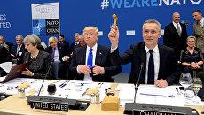 Генсек НАТО Йенс Столтенберг и президент США Дональд Трамп на саммите НАТО в Брюсселе