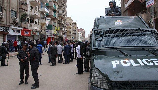 Полиция у коптской церкви Святого Георгия в Египте. Архивное фото