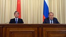 Министр иностранных дел РФ Сергей Лавров и министр иностранных дел Китая Ван И во время совместной пресс-конференции по итогам встречи в Москве. 26 мая 2017