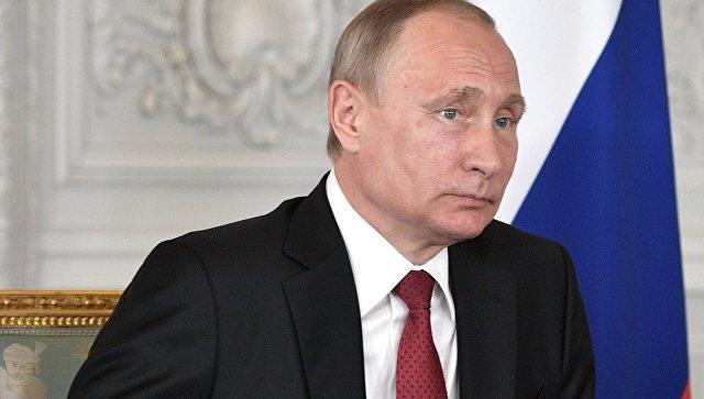 Президент РФ Владимир Путин во время встречи с президентом Франции Эммануэлем Макроном в Версальском дворце. 29 мая 2017