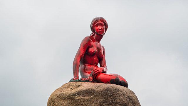 Вандалы облили красной краской статую Русалочки вКопенгагене
