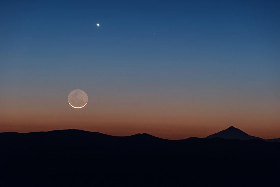 Снимок Луны и Венеры, сделанный в Паранальской обсерватории в Чили
