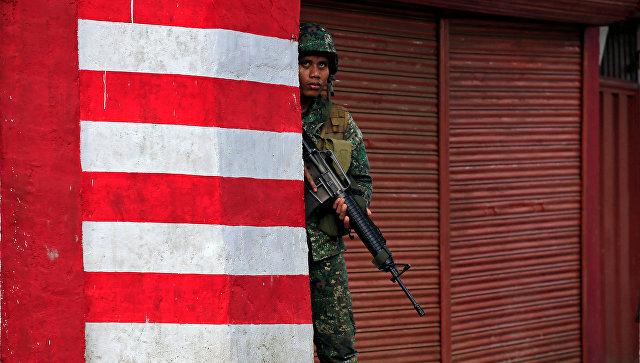 Солдат армии Филиппин во время операции в городе Марави