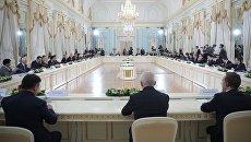 Встреча президента РФ Владимира Путина с активом международного экспертного совета Российского фонда прямых инвестиций и представителями международного инвестиционного сообщества. 1 июня 2017