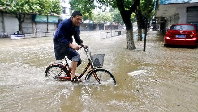 Затопленная улица в Китае. Архивное фото