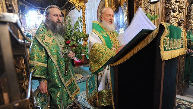 Патриарх Московский и всея Руси Кирилл (справа) совершает чин коленопреклонения во время Божественной литургии. Архивное фото