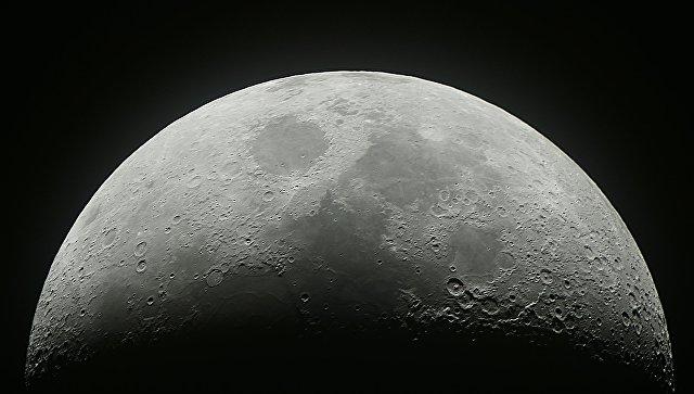 Растущая луна в небе над Москвой. Изображение получено совмещением 20 снимков