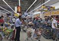 Жители Дохи запасаются продуктами в супермаркете. 5 июня 2017
