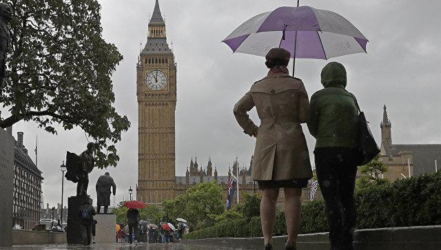 Прохожие у здания Парламента в Лондоне, Великобритания. Архивное фото