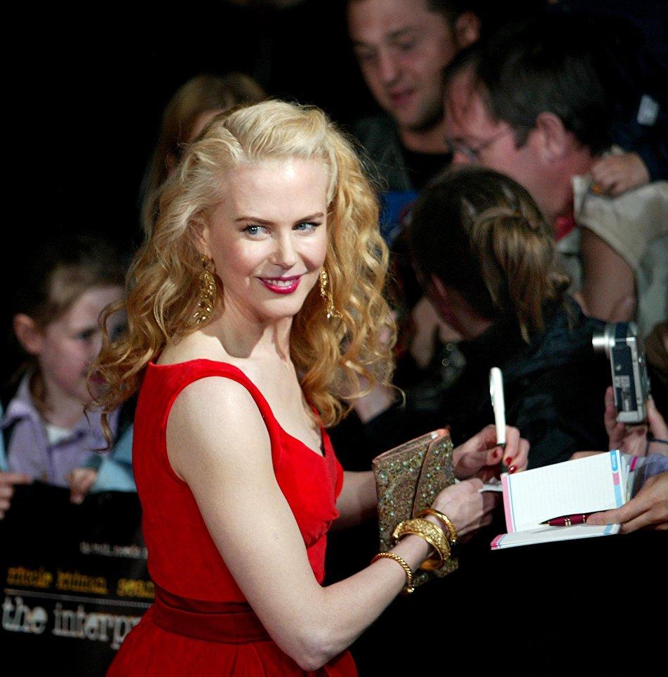 Актриса Николь Кидман раздает автографы в Сиднейском оперном театре