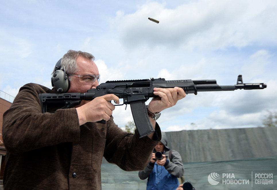 Дмитрий Рогозин стреляет из помпового карабина Сайга KSZ 223 на церемонии открытия первого чемпионата мира по практической стрельбе из карабина