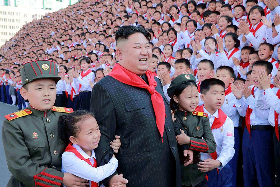 Северокорейский лидер Ким Чен Ын с участниками Конгресса Союза детей Кореи в Пхеньяне