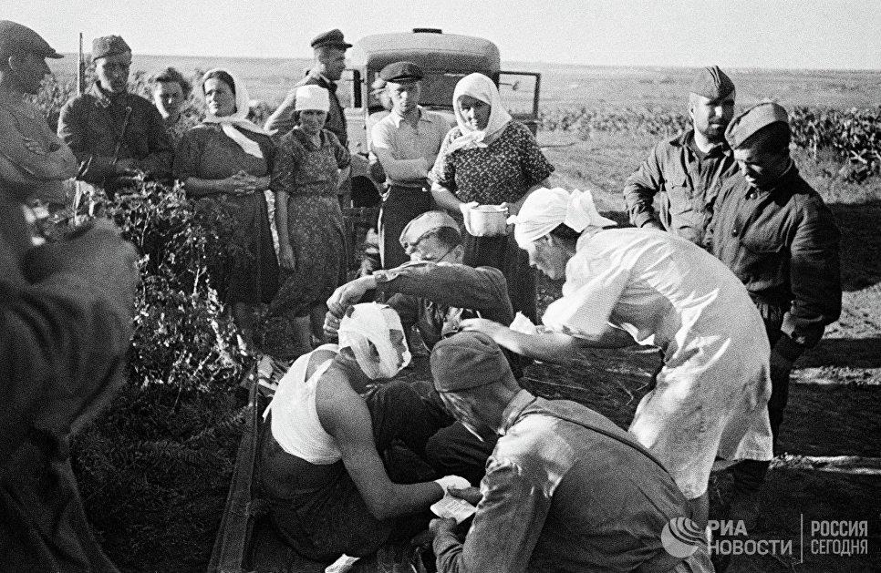 Великая Отечественная война 1941-1945гг. 22 июня 1941г. Медсестры оказывают помощь первым раненым после воздушного налёта фашистов под Кишиневом