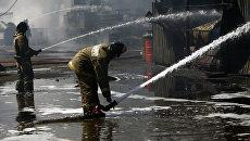 Пожарные МЧС РФ тушат возгорание. Архивное фото