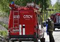 Пожарные расчеты МЧС РФ во время тушения пожара на складе с горюче-смазочными материалами в Ярославле.