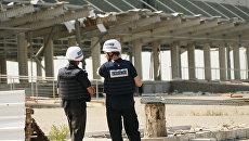 Представители инспекции ОБСЕ осматривают территорию Донецкой фильтровальной станции после обстрела. Архивное фото