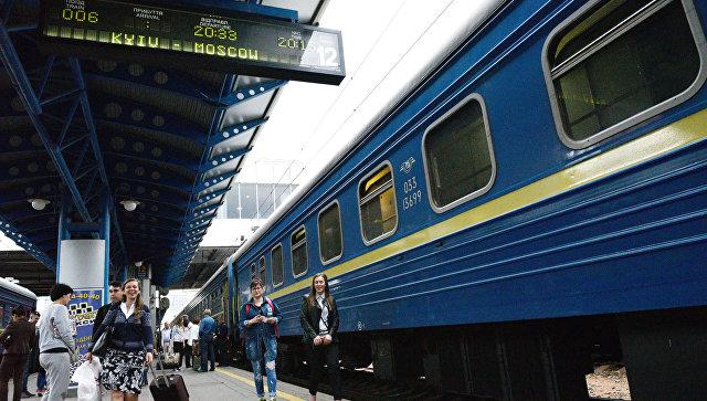 Пассажиры на перроне Центрального железнодорожного вокзала в Киеве. Архивное фото