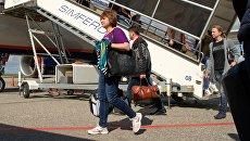Пассажиры у трапа самолета в международном аэропорту Симферополь
