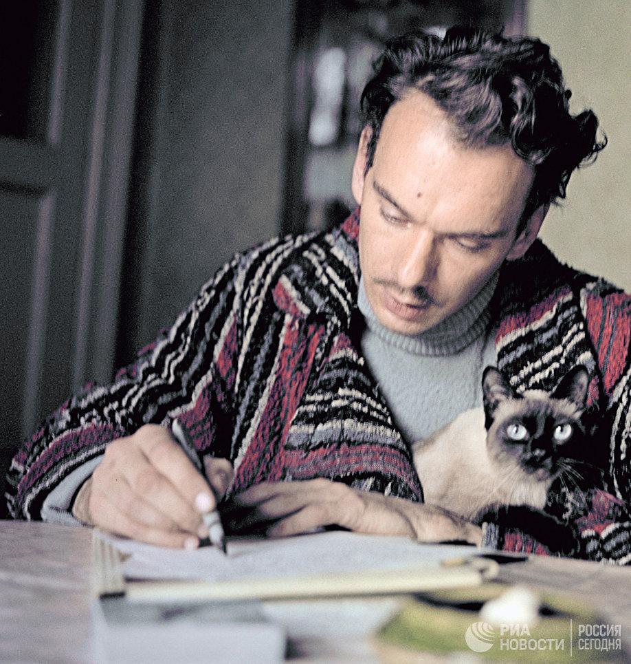 Народный артист РСФСР Алексей Баталов за работой у себя дома