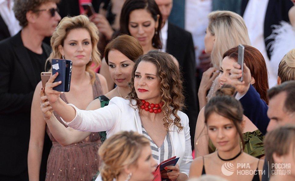 Актриса Глафира Тарханова (в центре) на красной дорожке перед торжественной церемонией закрытия 28-го Открытого Российского кинофестиваля Кинотавр в Сочи