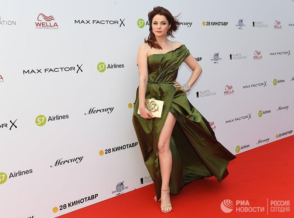 Актриса Екатерина Вуличенко на красной дорожке перед торжественной церемонией закрытия 28-го Открытого Российского кинофестиваля Кинотавр в Сочи
