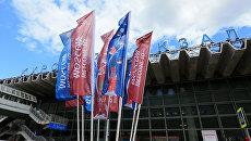 Флаги с символикой Кубка конфедераций FIFA 2017 на площади перед Курским вокзалом в Москве