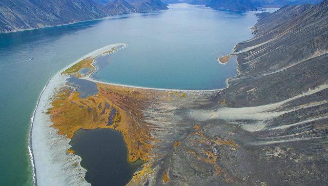 Вид на мыс Гайдамак в основании бухты Провидения. Чукотский полуостров