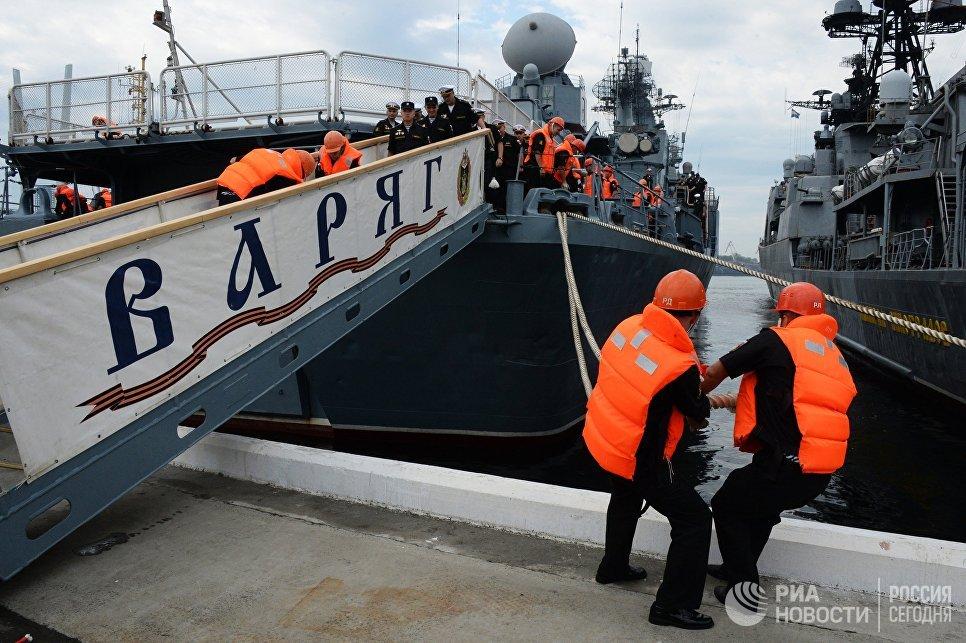 Гвардейский ракетный крейсер Варяг во время швартовки во Владивостоке