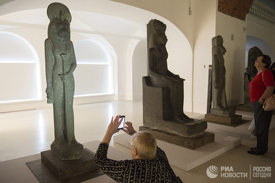 Посетители на выставке Нефертари и Долина Цариц из Египетского музея в Турине в Государственном Эрмитаже в Санкт-Петербурге