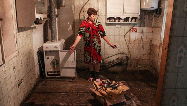 Жительница Ставропольского края  демонстрирует ущерб, нанесённого паводком. Архивное фото