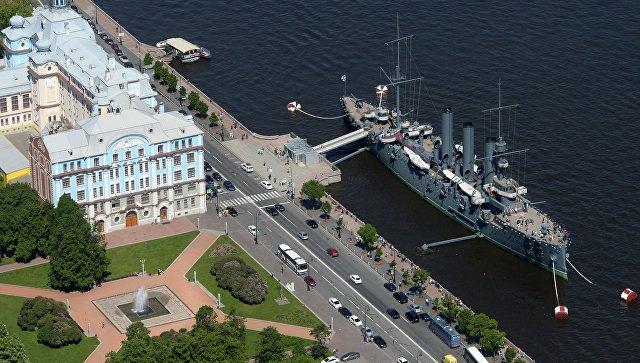 Крейсер Авроры на вечной стоянке на Петроградской набережной у здания Нахимовского военно-морского училища. Архивное фото