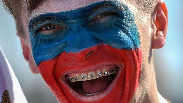 Российский болельщик перед матчем-открытия Кубка конфедераций-2017 у стадиона Санкт-Петербург Арена